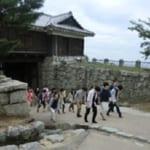 社員旅行 古城跡観光の一風景